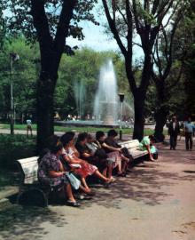 В сквере на площади Советской Армии. Фото в фотоальбоме «Одесса. Память города-героя», 1989 г.