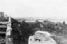На разрушенной площадке ресторана на Приморском бульваре. Ноябрь, 1941 г.