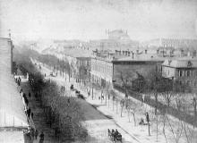 Улица Екатерининская, справа ограда Католического костела, вдали крыша Городского театра, фотография конца XIX века