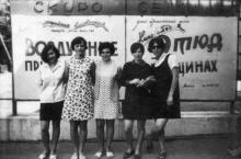 На фоне афиш возле конотеатра «Октябрь», конец 1960-х гг.