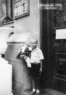 Перед входом в школу № 57 по ул. Карпинского, № 7. 1955 г.