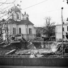 Римско-католический собор со стороны ул. Ленина, начало строительства нового здания школы № 117. Фотограф Игорь Александрович Роговский. Середина 1970-х гг.