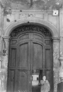 Ворота дома № 19 по ул. Розы Люксембург. Фотограф Андрей Онисимович Лисенко. Начало 1950-х гг.