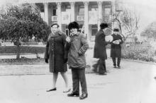 В сквере возле кинотеатра «Родина». 1976 г.