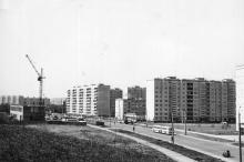 Одесса. Улица Королева. Слева будет построено здание Обл. ГАИ, дальше телефонная станция, справа уже есть магазин «Галантерея» и детская поликлиника № 6. 1970-е гг.