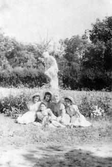 Скульптура «Купальщица» в Военном санатории в Отраде