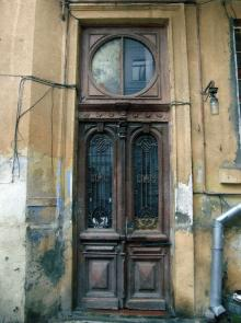 Дверь во дворе дома № 19 по ул. Бунина. 2009 г.