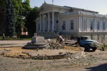 Одесса, ул. Ланжероновская. Демонтаж памятника Апельсину. Фото Г.Г. Семыкиной. 14 июля 2007 г.