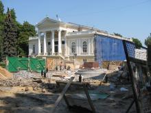 Установка памятника Апельсину. Фото Георгия Зозулевича. 30 августа 2004 г.