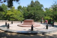 Установка памятника Апельсину на бульваре Искусств. Фото Георгия Зозулевича. 26 августа 2007 г.