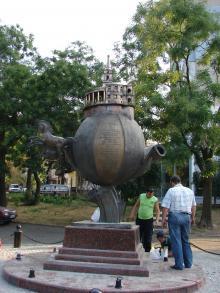 Установка памятника Апельсину на бульваре Искусств. Фото Георгия Зозулевича. 29 августа 2007 г.