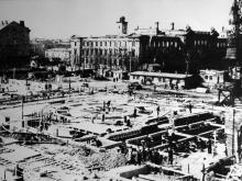 Восстановление Одесского вокзала, на заднем плане разрушенное здание управления железной дороги