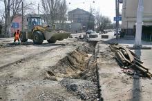 Одесса. Справа дом № 6 по спуску Маринеско. Реконструкция трамвайных путей. Фото В. Тенякова. 30 марта 2017 г.