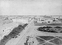 В центре станция «конки» на Новорыбной ул., справа Тюремная площадь и здание Тюремного замка, фотография конца XIX века