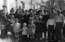 Возле забора дачи на Перекопской дивизии, 92/94, 13-я ст. Б. Фонтана. 07 мая 1949 г.