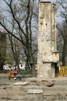 Остатки памятника в сквере им. Томаса. Фото В. Тенякова. 06 апреля 2017 г.