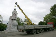 Демонтаж памятника Ленину в парке Савицкого. Фото В. Тенякова. 17 мая 2016 г.