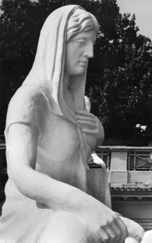 Скульптура на здании горисполкома после реставрации. 1980 г.