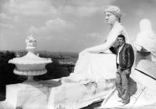 А.А. Дроздовский возле скульптурной композиции «День и Ночь» на здании Одесского горисполкома. 1990 г.
