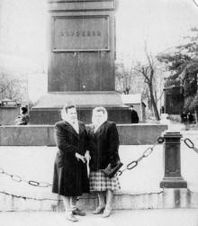 Перед памятником Воронцову на площади Советской Армии. Одесса. 1950-е гг.