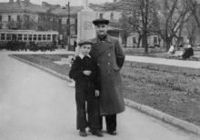 Выход с площади им. Октябрьской революции на ул. Свердлова. 1957 г.