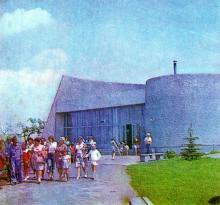 Музей партизанской Славы. Фото в путеводителе «Музей в катакомбах», 1977 г.
