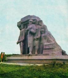 Скульптурная группа «Народные мстители». Фото в путеводителе «Музей в катакомбах», 1977 г.