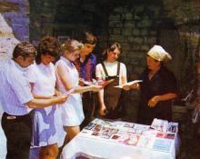 Здесь можно приобрести книги об Одессе. Фото в путеводителе «Музей в катакомбах», 1977 г.