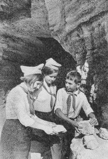 Этот камень из катакомб станет экспонатом школьного музея. Фото в путеводителе «Музей в катакомбах», 1977 г.