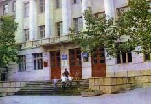 Школа № 121 имени Чкалова. Здесь учился Яша Гордиенко. Фото в путеводителе «Музей в катакомбах», 1977 г.