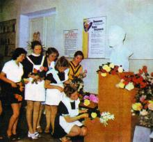 Школа № 121. У бюста Яши Гордиенко всегда живые цветы. Фото в путеводителе «Музей в катакомбах», 1977 г.