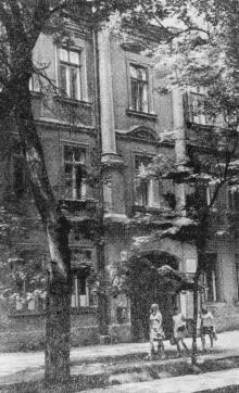 В этом доме по улице Подбельского, 30 находилась коyспиративная квартира партизанского отряда В.А. Молодцова (Бадаева). Фото в путеводителе «Музей в катакомбах», 1977 г.