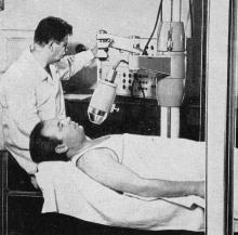 Лаборатория радиоизотопной диагностики. Исследование функции щитовидной железы с помощью меченых атомов. Фотография из буклета «Лермонтовка», 1971 г.