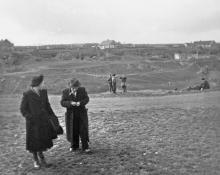 На подходе к входу в катакомбы. Фото Георгия Зозулевича. 1950 г.