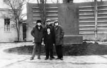 Возле памятника В.И. Ленину на ул. Московской, 1. Фото Александра Зубенко, 1973 г.