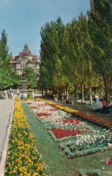 Сквер на площади Советской Армии. Фото в книге-фотогармошке «Одесса». 1960-е гг.