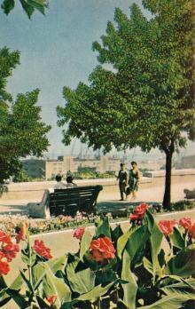 На Приморском бульваре. Фото в книге-фотогармошке «Одесса». 1960-е гг.