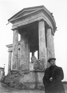 Архитектор Андрей Лисенко возле колоннады. Фото из архива А.О. Лисенко в ГАОО. 01 декабря 1929 г.