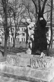 Возле скульптуры «Купальщица» в сквере им. 9 января
