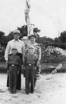 Перед скульптурой в парке Шевченко. Одесса. 1955 г.