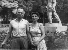 Возле скульптуры «Летчица» в парке Ильича
