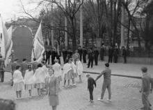 Участники праздничной демонстрации возле Привокзального сквера. 1960-е гг.