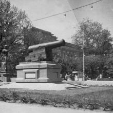 Памятник «Пушка». Фото ученика 7-а класса Александра Носацкого. 1957 г.