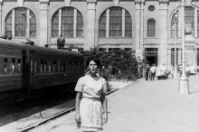 На перроне железнодорожного вокзала. Одесса. 1970-е гг.