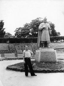 Возле памятника Богдану Хмельницкому в парке им. Шевченко. Одесса. 1950-е гг.