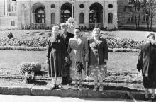 Одесса. На фоне фонтана «Молодость» и театра оперы и балета