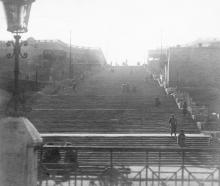 Вид на Бульварную лестницу через ограду портовой Николаевской церкви. Фото Е. Короновского. 1919 г.