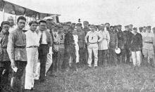 Возле самолетов эскадрильи имени Ильича на Одесском аэродроме. Фото в журнале «Пламя», № 9, июль, 1924 г.