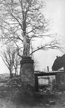 Статуя в саду гостиницы «Крымская», атрибуция Одесского историко-краеведческого музея, фотография 1920-х годов