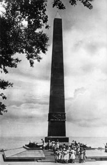Одесса. Памятник неизвестному матросу. Фото А. Вайсмана. Открытка из набора «Одесса», 1961 г.